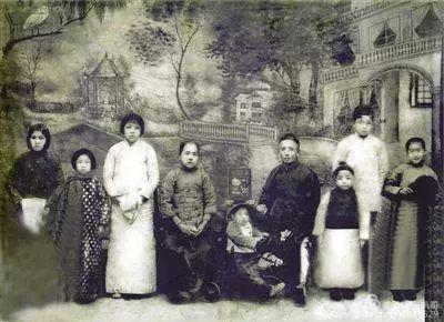 姚康民(右二)远征前,父亲召集全家拍了张全家福。
