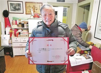 一张卡片温暖整座杭城 八旬老人为让座者送感谢卡
