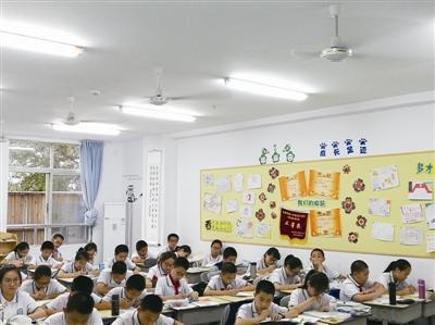 温八中七、八年级的不少教室里都装了新空调。蒋文广摄