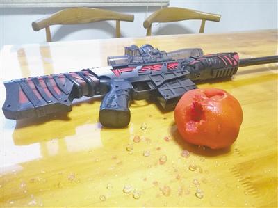 西红柿轻易被打烂。 郑海华 摄