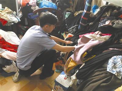 民警在堆积如山的衣服里找到了林女士等人被偷的衣物