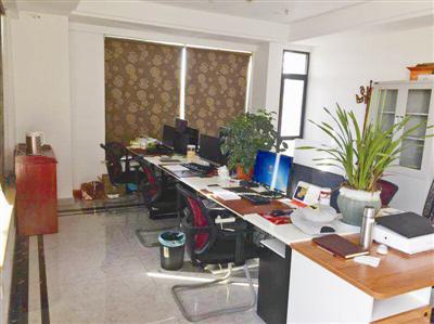警方端掉的其中一个工作室和收缴的电脑。 通讯员 供图