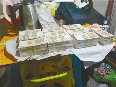 警方现场缴获假币。通讯员供图