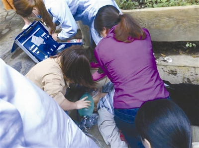 钱湖医院医护人员在进行心肺复苏急救。 通讯员 供图