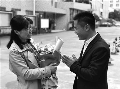 罗先给赵燕威老师献花,赵老师笑成了一朵花。