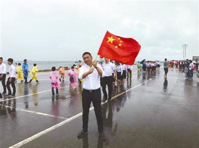 去年,沈琦辉在柬埔寨西港迎接中国人民解放军海军护航编队。