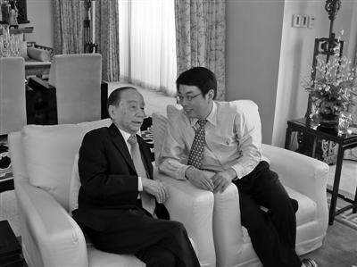 曹光彪先生(左)和毛磊交流。