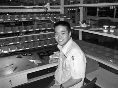 曹志欣在永新光学实习。永新光学供图