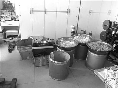 几百个安全套被堆放在不锈钢盆里,工人们用硅油给这些劣质安全套上油。