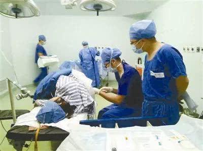 宁大附院医生在为产妇实施分娩镇痛(由受访单位提供)