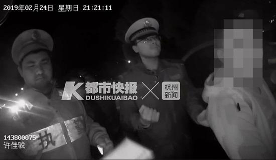 随后,交警将该男子带至医院进行血液酒精检测,并传唤至中队接受调查。