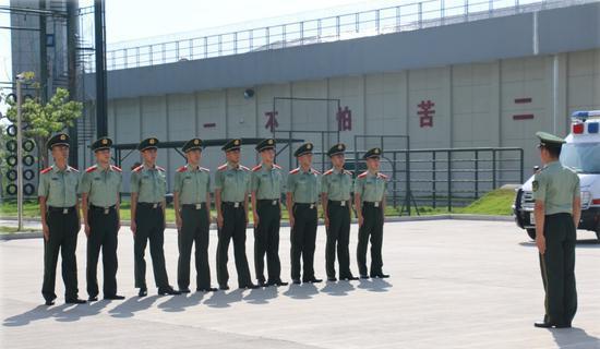 武警官兵顶着烈日进行队列会操。 温州武警供图