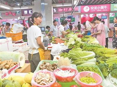 """菜市场转型升级之后,交易的模式和场景并没有变化,是否""""换汤不换药""""?(徐展新 摄)"""