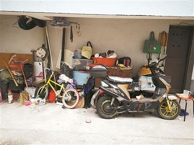 新街小区内,部分业主将一楼车库出租,租户在室外无序堆放挤占了公共空间。