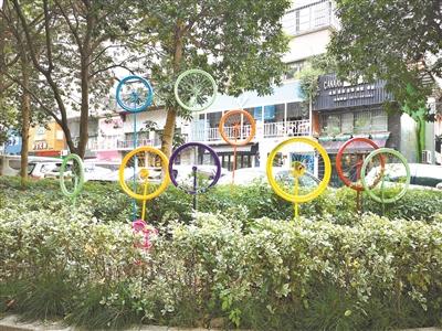 """废弃的自行车变成城市""""景观小品"""",提升社区品质。"""