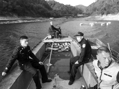 民警开船去接蒋先生夫妻