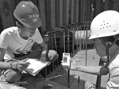 三官堂大桥项目工程部在工作