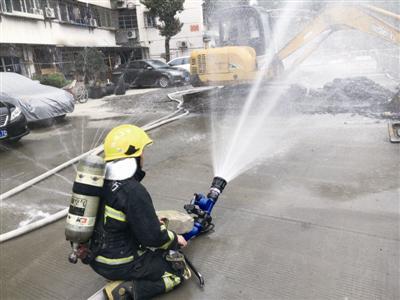 消防人员在用水幕稀释泄漏天然气 海曙消防中队供图