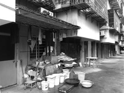 涨鑑碶小区车库前堆满生活用品