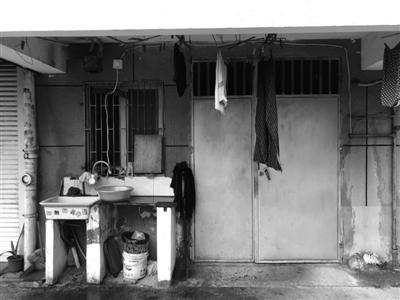 涨鑑碶小区车库部分还搭建了晾衣架