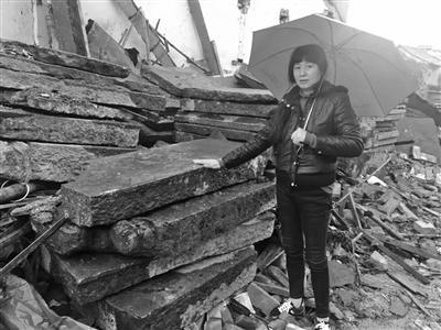 张女士说,这些老石板都是从房子上拆下来的。