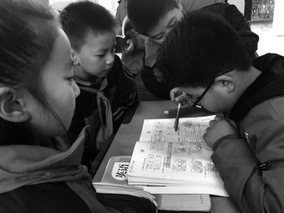 下课后,有同学不会做题,黄唯会一遍遍地教他。