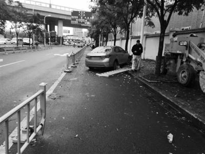 车头撞在一棵行道树上才停了下来下应交警中队供图