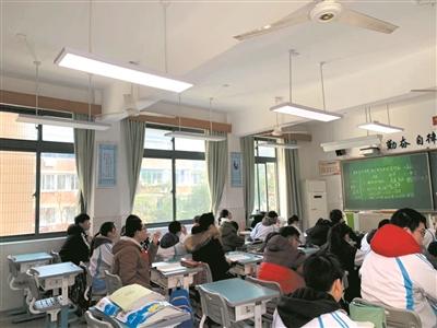 杭州市十五中学生在改造后的智能教室上课 记者 胡鸿 摄