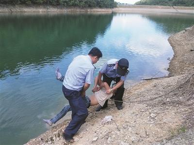 杭州一男子在水库边昏迷 失去意识前拨了110