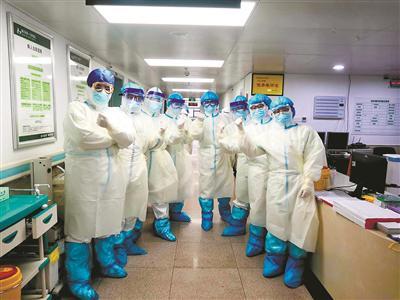 ▲ 2月14日,在湖北荆门第一人民医院,浙江大学医学院附属邵逸夫医院医护人员在开展重症救治工作前为自己加油鼓劲。