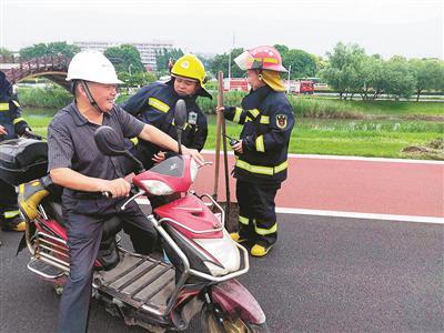 杭州1芦苇荡起火 热心男子用电瓶车载消防员去救火