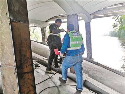 50岁的老德胜桥又被撞伤 杭州市政部门正在紧急抢修