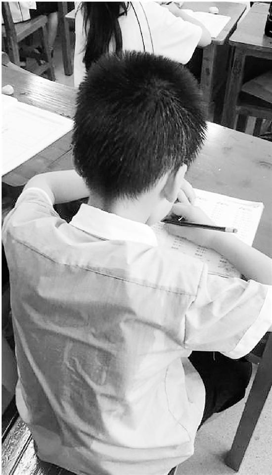 有温州的家长拍到孩子大汗淋漓上课的照片。