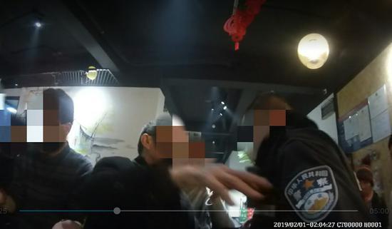 李某推搡、辱骂民警。 吴兴公安提供