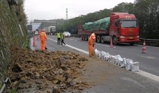 图为:对路面的滚石进行临时清理。高速交警台州支队供图