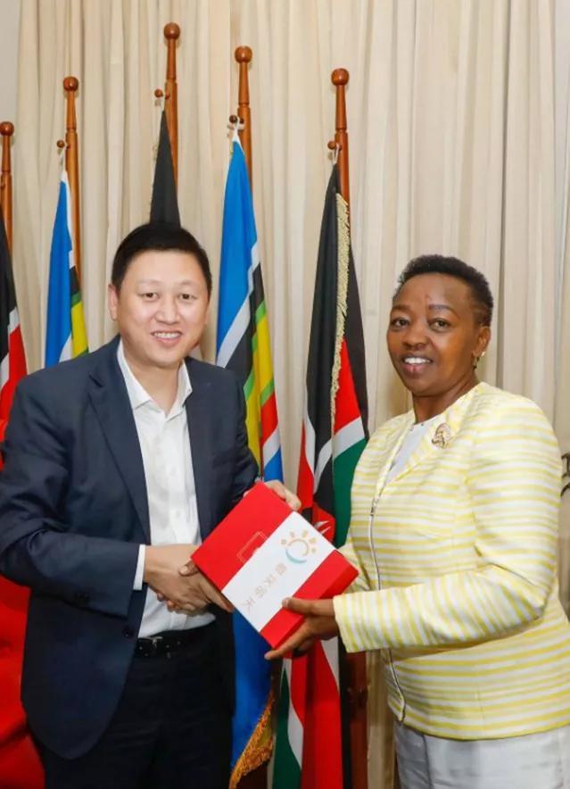 微笑明天理事長吳偉向肯尼亞副總統夫人贈禮
