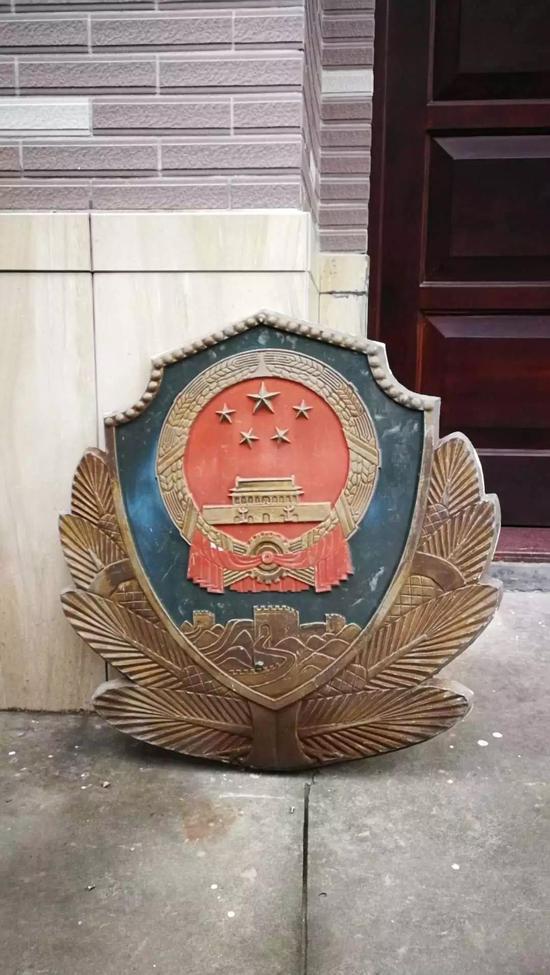 图为:旧警徽 玉环公安供图