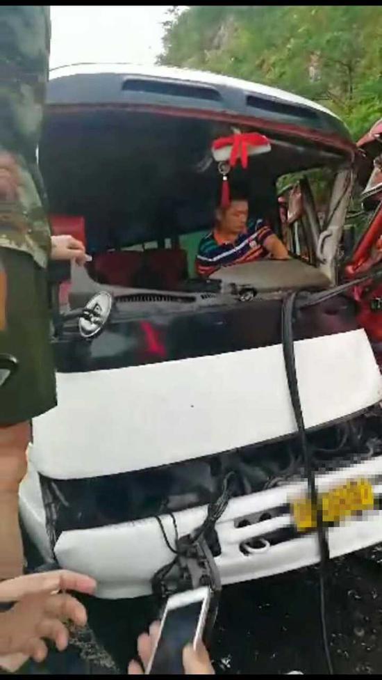失控货车迎面冲撞 浙江中巴司机不顾双腿被夹保乘客