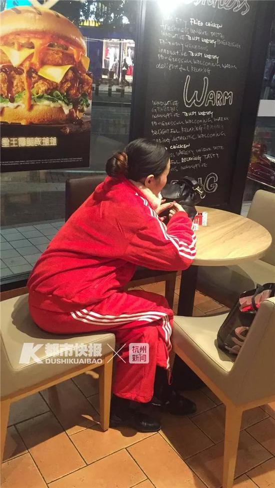 坐在肯德基店里的红衣女子。汪经理供图