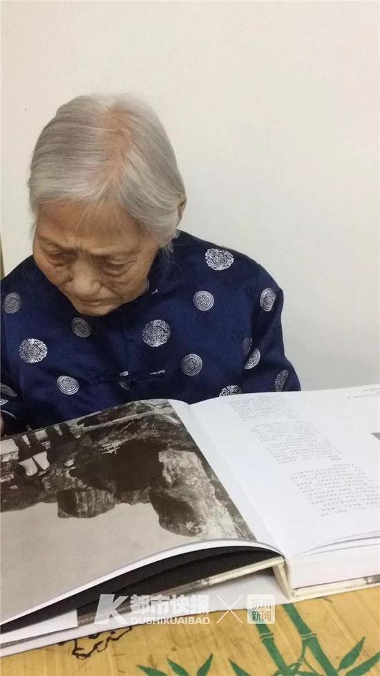 黄奶奶在看书
