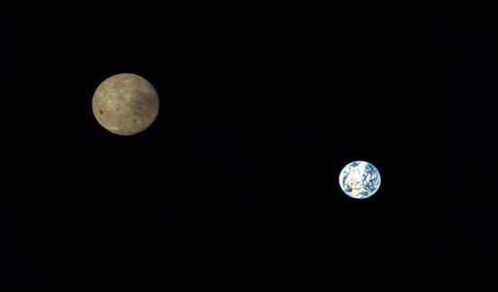 ▲2018年7月14日在地月拉格朗日L2点附近首次获取了地月合影