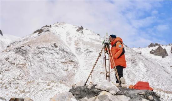 昨天,自然资源部第一大地测量队对珠峰峰顶进行交会观测。