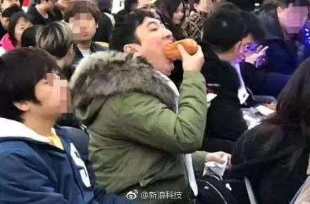 王思聪昨在杭为IG战队助威 吃玉米被拍再次登上热搜