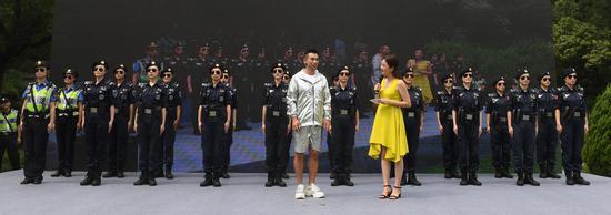 图为:赵文卓和西湖女子巡逻队在一起。王刚 摄
