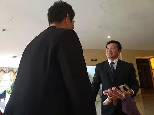 翁仁康握住谢永康的手说:这件事做得好。