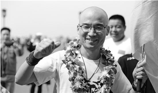 王维跑完百公里后心情大好。