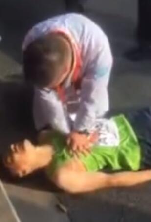 赵医生在为选手做心肺复苏。
