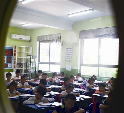 少数学校教室装有空调。蒋文广 摄