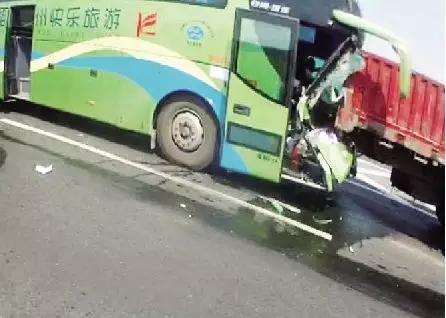 大货车又和大客车撞到了一起