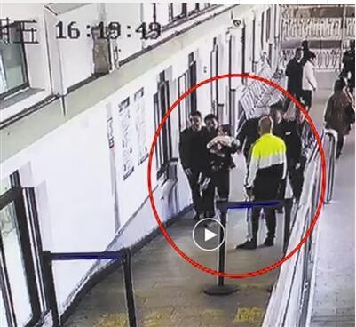 嫌犯李某抱着孩子被保安等人拦下(监控截屏)